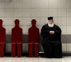 Η φωτογραφία του Έλληνα ιερέα που κάνει το γύρο του κόσμου