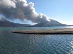 Le Tavurvur à Rabaul en Papouasie Nouvelle Guinée, on y accède par bateau de pêcheur depuis l'ile de Matupit
