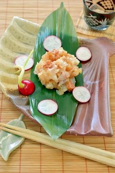 「晩酌のお供に♪鯛の梅叩き」淡白な味の鯛は、梅干しとの相性が抜群です。粗く叩いて、食感を残しました。晩酌のお供にピッタリの、おつまみになりました。大根等の上に乗せて食べると美味しいですよ。【楽天レシピ】