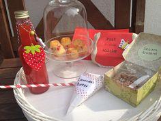 Erdbeerlimes, Sesamkrokant, Mini Gugls mit Johannisbeeren und frische Beeren mit Lavendelzucker