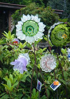 Glass flowers by washington artist mike urban garden art * j Glass Garden Flowers, Glass Plate Flowers, Glass Garden Art, Flower Plates, Garden Whimsy, Garden Deco, Garden Crafts, Garden Projects, Yard Ornaments