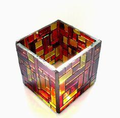 Luminária de vidro para velas do tipo rechaud.  Aplicação de mosaico de vidro colorido artesanalmente.  Belíssimo efeito de projeção de cores nas paredes quando acesa.  Peça única. R$56,00