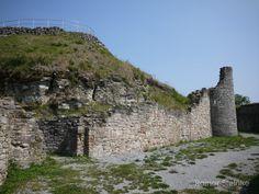 Burgruine Schaumburg bei Schalkau in Thüringen.  Bis ins Jahr 1147 lässt sich die Geschichte der Burg zurückverfolgen. Errichtet wurde sie von den Burggrafen von Meißen und zwischen dem 12. und 13. Jahrhundert von den Schaumbergern erworben.  In einer urkundlichen Erwähnung wird die Burg 1216 als Stammburg der Schaumburger erklärt. Der Ort Schalkau über dem die Burg thront hat seinen Namen vermutlich aus dieser Zeit denn damals bezeichnete man die Pferde- und Kriegsknechte als Schalken…