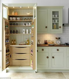 70 Tiny House Kitchen Storage Organization and Tips Ideas tinyhousekitchens A smart kitchen design &; 70 Tiny House Kitchen Storage Organization and Tips Ideas tinyhousekitchens A smart kitchen design &; KleinJule Home sweet Home- […] Homes Diy layout Kitchen Pantry Design, Kitchen Pantry Cabinets, Diy Kitchen, Kitchen Interior, Awesome Kitchen, Kitchen Shelves, Smart Kitchen, Kitchen Small, Beautiful Kitchen
