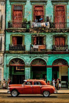 Dit is toch het beeld dat iedereen heeft van Cuba? Oude huisjes, oude autootjes... PRACHTIG  Ontdek dit fantastische eiland zelf >>> https://ticketspy.nl/deals/ultiem-genieten-op-cuba-9-dagen-4-inclusive-va-e624/