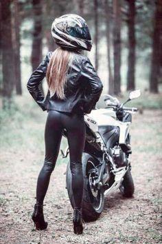 Bild - Girls and bikes - Motorbike Girl, Motorcycle Outfit, Girl Bike, Motorcycle Art, Lady Biker, Biker Girl, Ducati, Bild Girls, Biker Chick Outfit