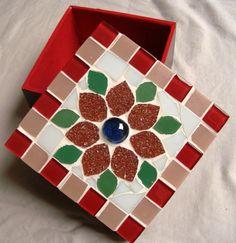 Caixa de MDF trabalhada em mosaico com pastilhas de vidro, toda forrada por dentro. Mede 8x8 cm. Mosaic Crafts, Mosaic Art, Mosaic Projects, Projects To Try, Mosaic Furniture, Mosaic Birds, Glass Jewelry Box, Diy Bracelets Easy, Mosaic Madness