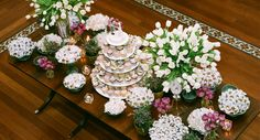 The table of desserts of Aline & Giancarlo's wedding, besides beautifully decorated with tulips, was featuring the delicious sweets from Atelier Mariza Doces and also the incomparable bem-casados by Conceição (Photo: Célia Thomé)