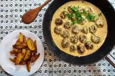 Švédské masové kuličky se smetanovou omáčkou - KořeníŽivota.cz Iron Pan, Food And Drink, Cooking Recipes, Chicken, Meat, Kitchen, Hair, Hampers, Food