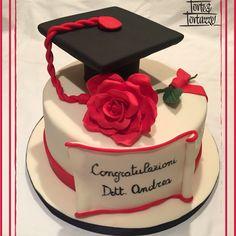 #tortalaurea #Laurea #Torta #CappelloDiLaurea#RosaRossa #Diploma #CongratulazioniLaurea #ToccoDiLaurea #Cake #graduationcake #graduationhat #redrose #fondantrose #fondant #pastadizucchero #italiaatavola #cakedesign