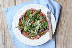 Maak eens in plaats van een carpacciosalade een rosbiefsalade. Lekker met pijnboompitten, rode ui, cherrytomaatjes en sla. Serveren met een broodje.