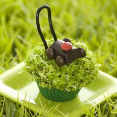 This lawn mower cupcake looks delicious! Great way to appreciate the little chores dad does around the house!