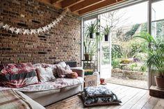Une maison bohème avec pleins de plantes
