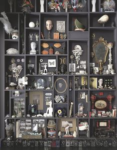 """Appartement original à Paris décoré par une artiste The work """"The Wall of Traces"""", work of accumulations of wonderful and harmless objects directed by Géraldine Cario."""