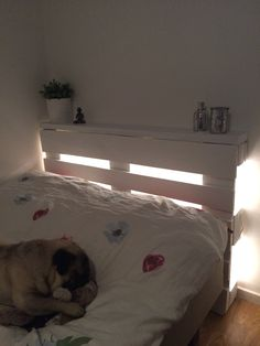 Felix nya sänggavel, en gammal pall