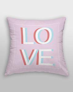 """Poduszka przeznaczona na prezent z napisem """"LOVE"""". Fajny prezent dla ukochanej osoby na: walentynek, świąt, imienin, urodzin i rocznicy ślubu."""