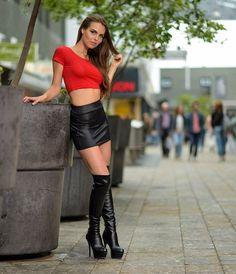 Minirock Kleid Kombination in Stiefeln Mini Skirt Dress, Sexy Skirt, Mini Skirt Outfits, Rock Outfits, Sexy Outfits, Girls In Mini Skirts, Skirts With Boots, Black Leather Skirts, Sexy Boots