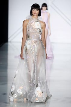 Ralph & Russo Spring 2017 Couture Fashion Show Collection: See the complete Ralph & Russo Spring 2017 Couture collection. Look 30 Ralph & Russo, Fashion 2017, Runway Fashion, Fashion Show, Paris Fashion, Fashion Check, Fashion Outfits, Style Couture, Haute Couture Fashion