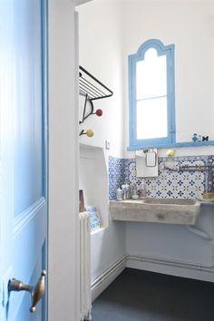 Mix the tradionnal with the modern with the combination of the white and blue tiles and the concrete sink (bathroom) | Mix le style traditionnel et le moderne grâce à la combinaison du carrelage blanc et bleu et au lavabo en béton