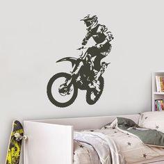 Os fãs do mundo das motas já podem decorar o interior da casa com este vinil decorativo motocross! Este autocolante de parede pode ser aplicado numa garagem ou num quarto juvenil e conferindo mais identidade à casa.