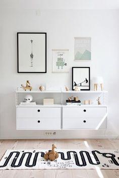 Inspirations : des chambres enfants noir et blanc minimalistes au design épuré scandinave. étagères string et tapis de jeu #black #kidsroom #kids #bedroom /nor/