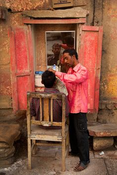 barber in Varanasi , India Gangtok, Bhutan, People Of The World, In This World, Nepal Tibet, Bay Of Bengal, Rural India, Amazing India, India Culture