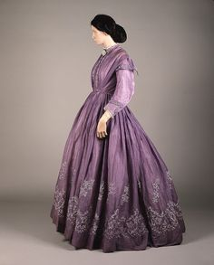 Lilac-colored tamboured muslin dress from the simple and elegant Civil War Fashion, 1800s Fashion, 19th Century Fashion, Victorian Fashion, Victorian Era, Vintage Fashion, Vintage Gowns, Mode Vintage, Vintage Outfits
