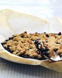 Brug frosne blåbær til at bage en nem og delikat smuldretærte! Du kan også bruge andre bær eller frugter, fx æbler, pærer eller blommer