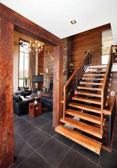 L'escalier suspendu constitue le point de départ de l'aménagement intérieur de cette demeure.