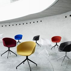 The idea behind the ABOUT A CHAIR (AAC) Collection has been to develop a chair with conspicuous simplicity. A chair which works just as well around the dining table as around a conference table, in a canteen or at the office. The ambition of designer Hee Hay Chair, Swivel Chair, Desk Chair, Design Bestseller, Conference Chairs, Style Retro, Aesthetic Design, Extra Seating, Danish Design