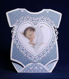 Voorbeeldkaart - babyrompertje - Categorie: Stansapparaten - Hobbyjournaal uw hobby website Distintivos Baby Shower, Baby Girl Announcement, Baby Shower Invitaciones, New Baby Cards, Shaped Cards, Beautiful Handmade Cards, Small Cards, Marianne Design, Baby Shower Centerpieces