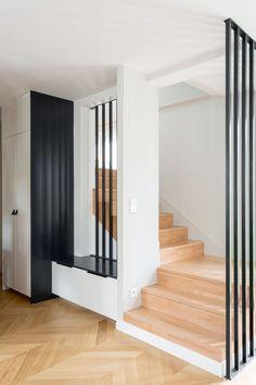 L'escalier en bois mène jusqu'aux combles aménagés