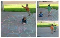 Teken gekleurde cirkels. Probeer om ze allemaal bij elkaar te plaatsen. Evenveel cirkels van elke kleur.. Wijs waar het kind moet beginnen en waar het moet eindigen. Elke speler kiest een kleur springt via cirkels van dezelfde kleur naar het eind. Ki