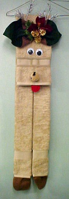 Great Christmas decoration to put on your towel rack. Fold towel twice toward the middle and glue. Fold about of towel and decorate face. Add tongue and feet of felt. Christmas Crafts For Gifts, Christmas Mugs, Christmas Projects, Christmas Decorations, Washer Crafts, Towel Origami, Diaper Crafts, Towel Animals, How To Fold Towels