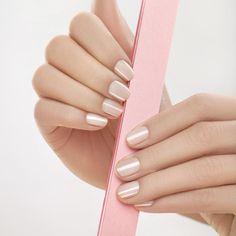 Wie wilt er geen perfecte nagels? Zo'n exemplaren zonder barstjes, scheurtjes en velletjes in zicht? Alleen maar stevigheid en high shine! Check deze tips om jouw nagels in tip-top conditie te houden.