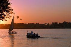 Egypti, Hurghada: Auringonlasku Niilillä on huikaisevan kaunis. Istahda kahvilaan seuraamaan perinteisten felukka-veneiden keinuvaa etenemistä kimaltelevalla joella.   http://www.finnmatkat.fi/Lomakohde/Egypti/Hurghadan-rannikko/Luxor/?season=talvi-13-14
