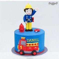 Bolo bombeiro. Fireman Sam Birthday Cake, Fireman Sam Cake, Truck Birthday Cakes, Fireman Party, Royal Cakes, Fire Engine Cake, Little Boy Cakes, Police Cakes, Cake Designs For Kids