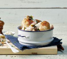 Wird dieses Gericht mit ganzen Pouletschenkeln zubereitet, verlängert sich die Garzeit um rund fünf Minuten.