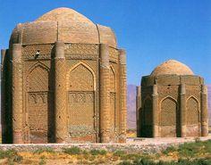 Les tours jumelles de Kharaghan,  province de Qazvin. Qazvin est l'une des 30 provinces d'Iran. ces deux tours construites en 1067  sont les tombes de deux princes de l'époque Seldjoukide, premiers monuments de l'architecture islamique qui possèdent un dôme non-conique à deux couches. tours gravement endommagées par le tremblement de terre en mars 2003. public domain by its author, Zereshk at the wikipedia project.