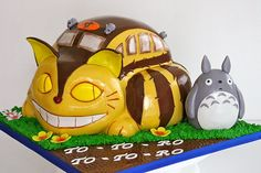 Cat Bus Cake!  Sophia loved loved this movie!!! Totoro!!  But she started yelling like him...  :( so i put it away..