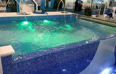 Parece pastilha, mas é vinil. A Sibrape mostrou as novas estampas dos seus revestimentos para piscinas. Na foto, foi usada a linha Pastilha/Azulejo. sibrape.com.br