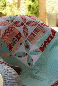 """june bug quilt by spoonful of sugar. love these colors and the way the pattern """"falls off"""" the center. Quilting Projects, Quilting Designs, Sewing Projects, Quilting Ideas, Scrappy Quilts, Easy Quilts, Quilt Modernen, Amy Butler, Applique Quilts"""