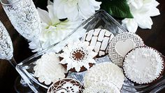 LOVE the roses on these cookies!!!