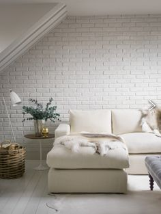 Whitewashed walls look amazingly relaxing and calm, especially when it comes to brick walls. I think that white wash brick walls are great for any room White Wash Brick, White Brick Walls, Unique Home Decor, Home Decor Styles, Living Room Sofa, Living Room Decor, Design Garage, Brick Interior, Autumn Interior