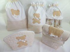Kit para organizar a bolsa do bebê composto por :  01 sacos para roupa limpa (28x42)  01 saco roupa suja (forrado com plástico) 28x42  01 saco para sapato com visor 28x42  01 nécessaire 16x23  01 porta fraldas 25x22 (cabe 6 fraldas P + lenço umedecido P).    Todas as peças em tecido 100% algodão ...