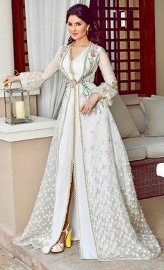 Caftan 2018 - Luxury and Glamorous Moroccan Dresses - Reveal your elegance and your originality with this new luxurious range of Moroccan haute couture dresses original of magnifi . Kaftan Moroccan, Morrocan Dress, Arab Fashion, Muslim Fashion, 90s Fashion, Spring Fashion, High Fashion, Fashion Tips, Arabic Dress