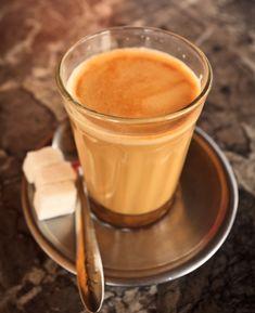 Depois do arroz frito de frango e do frango na manteiga, vamos aprender como fazer o fazer o típico Chai Indiano. No princípio, este chá com leite pode apresentar um sabor exótico, e até mesmo um pouco forte, porém vale a pena conferir essa receita que é uma das mais famosas e tradicionais da Índia.