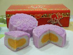 Contemporary: Mooncake with taro paste (芋泥)