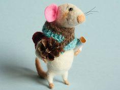 Aguja de fieltro ratón viajero. Ratón con mochila mapa cono