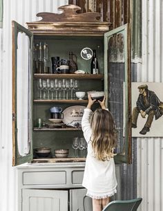 stacked in this cool cabinet. Image via magazine Wooden Kitchen, Kitchen Cupboard, Kitchen Storage, Vintage Kitchenware, Small Space Living, Cottage Living, Diy On A Budget, Furniture Makeover, Decoration
